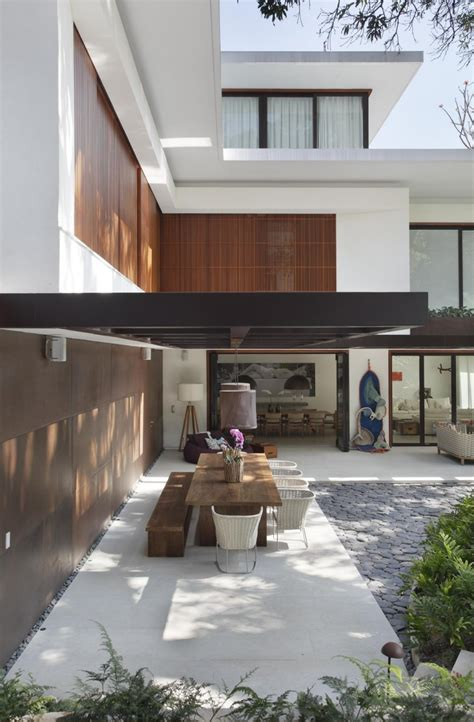 contemporary colonial home in decorated in neutral