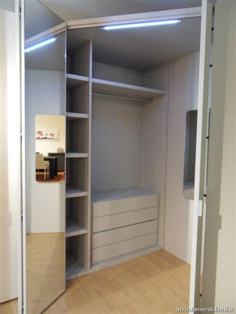 armadio con angolo spogliatoio armadio con angolo spogliatoio dove diversi accessori