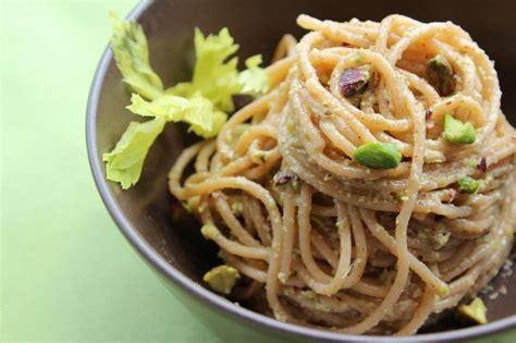 pasta al sedano ricetta spaghetti al pesto di sedano e pistacchi