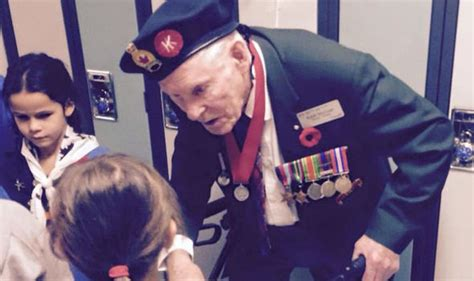 biography x imgur imgur viral photo of war veteran with little girl will