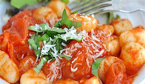 come si cucinano i gnocchi gnocchi al pomodoro la ricetta di buonissimo