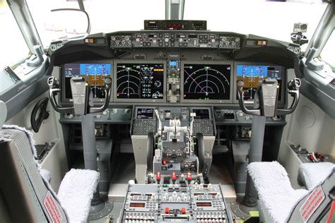 b737 max flight deck a tour of the boeing 737 max airport spotting