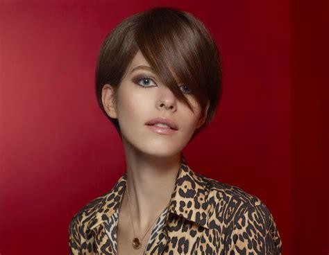 elegant short hairstyle  wear  collared button