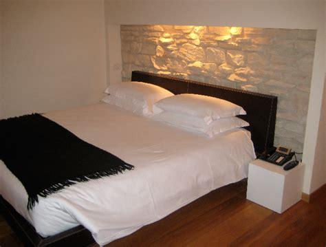 steinwand schlafzimmer rauluk partner marketing design raumdesign