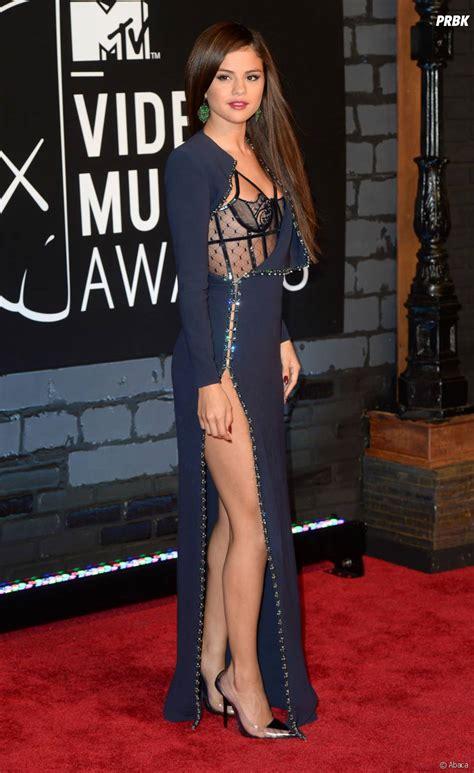 robe priscilla betti tpmp selena gomez dans une robe sexy sur le tapis rouge des mtv