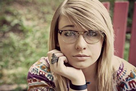 chicas morande chicas calientes con gafas hermosas fem pinterest