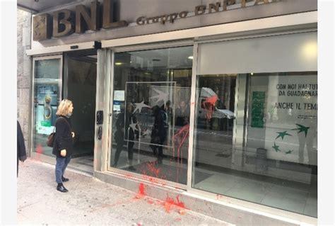Banche Sciopero by Sciopero A Bologna Uova Contro Banche Tiscali Notizie