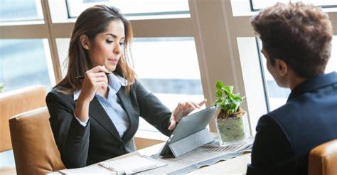 preguntas para una entrevista de trabajo recepcionista 8 preguntas obligatorias que debes hacer en una entrevista