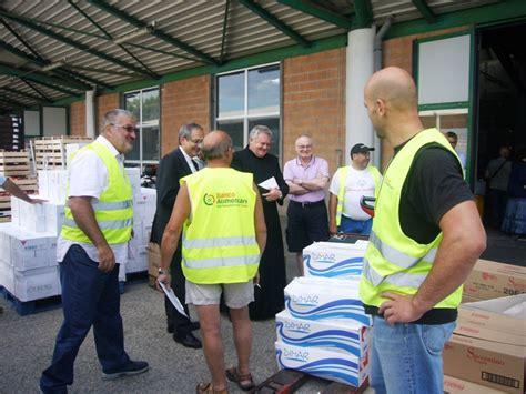 banca marche centobuchi monsignor carlo bresciani in visita al banco alimentare di