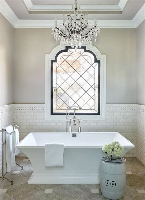 badezimmer kronleuchter master bathroom with high ceiling and marble basketweave