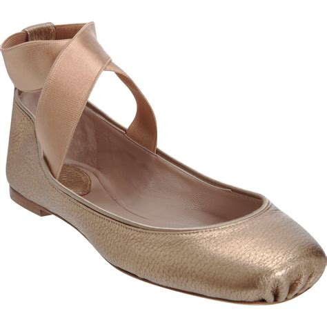 flat ballet shoes wearing ballet flats