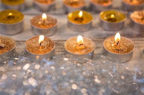 foto candele accese candele accese in oro scaricare foto gratis