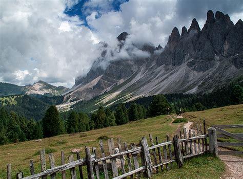 image hutte préhistorique montagne sottosopra sui sentieri delle odle adolf