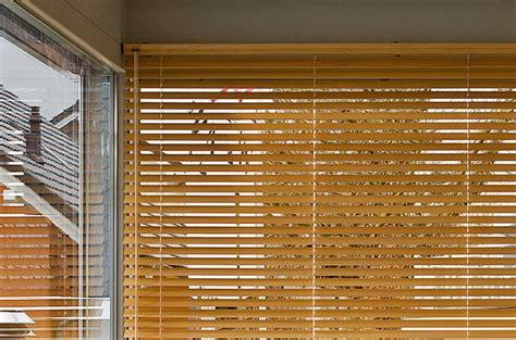 jalousie wohnzimmer jalousien f 252 r sicht sonnenschutz in wohnr 228 umen und b 252 ros