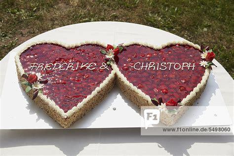Hochzeitstorte Herz Erdbeeren by Hochzeitstorte In Form Zwei Herzen Mit Erdbeeren