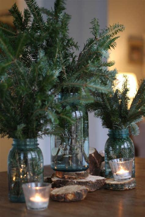 tannenzweige in vase ideen f 252 r weihnachtliche dekoration mit tannenzweigen