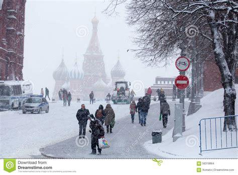 imagenes de invierno en rusia gente en invierno y plaza roja tempestuosa el 3 de