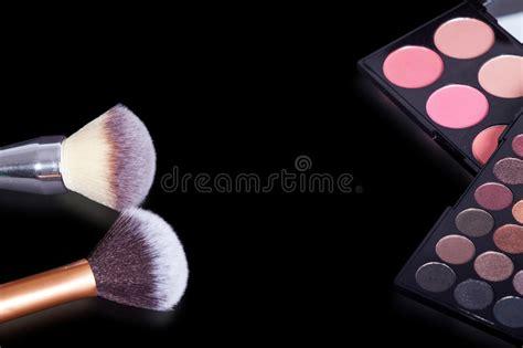 imagenes en puro negro palets y cepillos del maquillaje en fondo negro puro