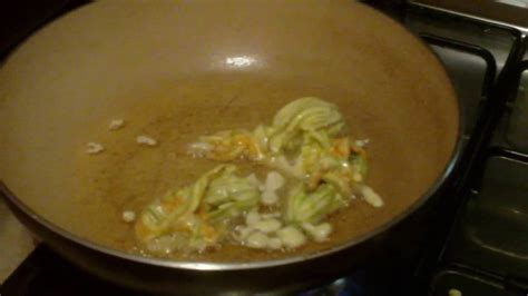 preparazione fiori di zucca preparazione fiori di zucca con pastella mozzarella e