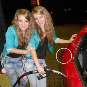 foto divertenti donne al volante donne al rifornimento