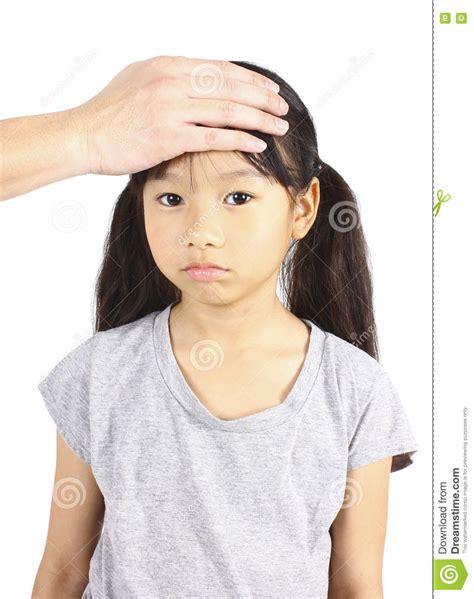 la mano sulla bambino malato con la mano sulla fronte fotografia stock