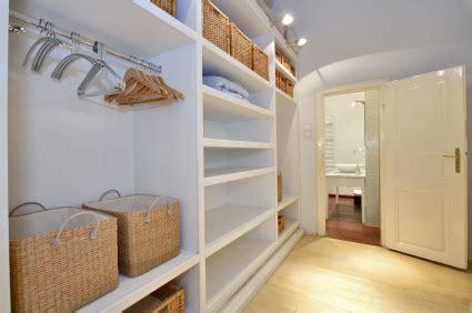 kleiderschrank riecht entr 252 mpeln richtig ausmisten the wardrobe organizer