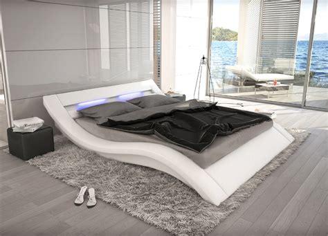 designer bett wellenf 246 rmiges lederbett luxus leder bett schwarz wei 223 mit
