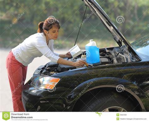 auto reparieren frau die versucht das auto zu reparieren stockfoto