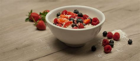 carbohydrates oatmeal macronutrients oatmeal with berries welovecycling magazine