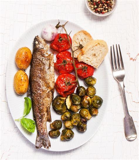 come servire a tavola secondo il galateo come servire e mangiare il pesce secondo le regole