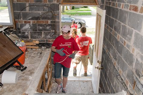 wells fargo housing foundation wells fargo volunteers and foundation team up with habitat for humanity philanthropy