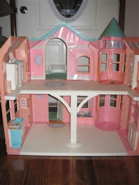 Create A Dream House vintage barbie dream house inside has sink that turns
