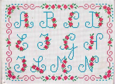 ricamo lettere alfabeto da ricamare lettere azzurre e fragoline di bosco