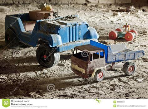 nella soffitta i giocattoli dei bambini anziani rotti abbandonati nella