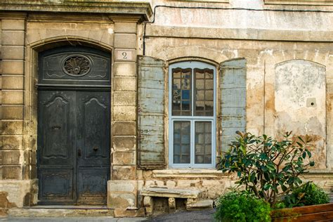 la ciudad con ventanas 8430548971 fotos gratis arquitectura madera palacio ventana ciudad arco fachada azul puerta casa