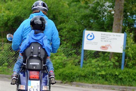 Roller Oder Motorrad Sicherer by Mit Kindern Und Zweirad Sicher Unterwegs Gesundheit Si