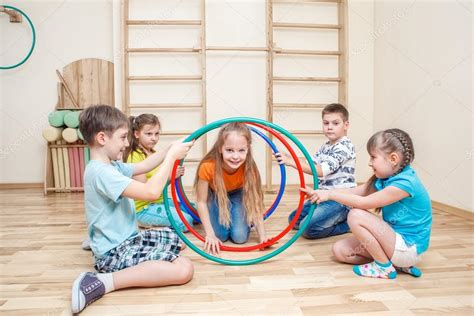imagenes de niños jugando hula hula ni 241 os con aros de hula foto de stock 169 anatols 27290225