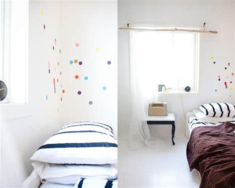 como decorar una habitacion blanca decorar con lunares de colores decoideas net