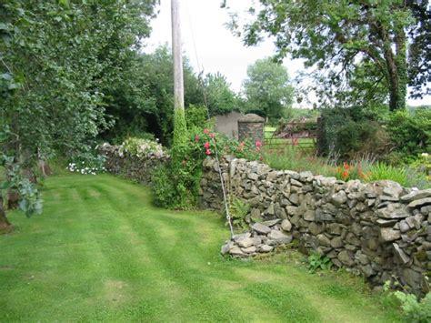 jardines rusticos decorar jardines rusticos ideas decorativas con piedra y