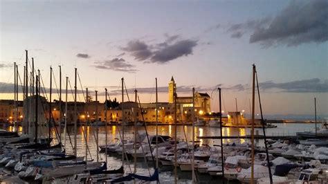 trani porto cattedrale di trani dal porto viaggi vacanze e turismo