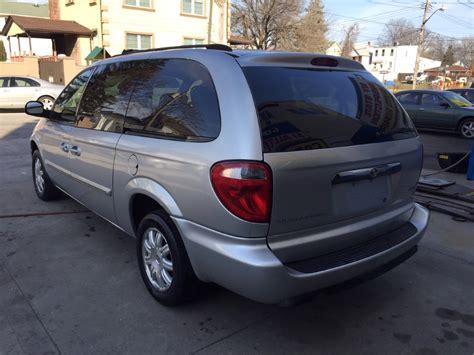 used chrysler minivans used 2006 chrysler town country minivan 3 590 00