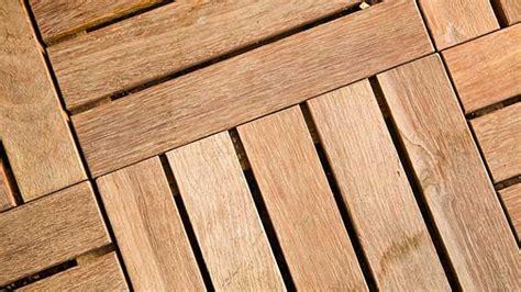 wann spaltet holz am besten so reinigen sie das holz ihrer terrasse am besten