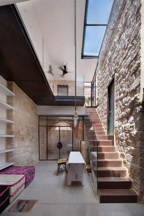 Impressionnant Decoration Escalier D Interieur #1: jolie-decoration-murale-avec-parement-de-pierre-leroy-merlin-escalier-en-fer.jpg