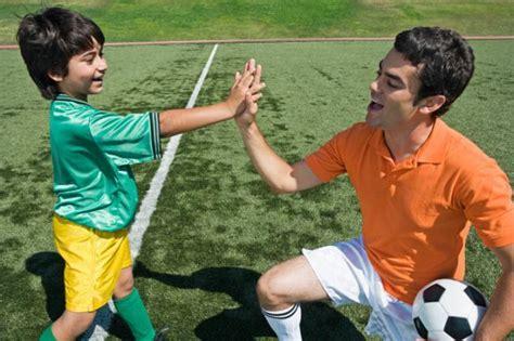 imagenes de niños jugando con sus padres diez reglas para padres que ven jugar al f 250 tbol a sus hijos