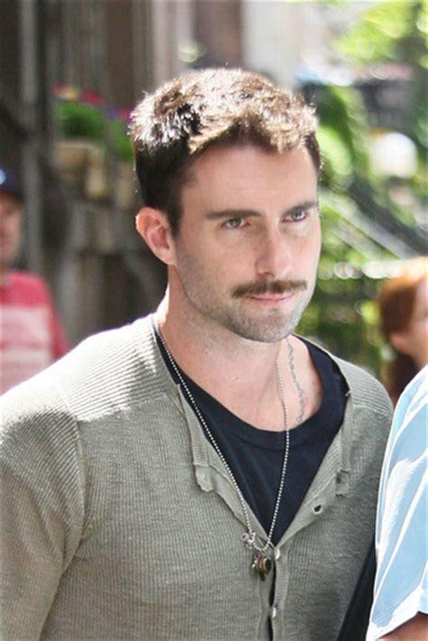 Manda Maroon cuando usar bigote favorece el rostro psicobarber 237 a la