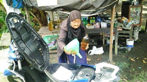 Kursi Roda Untuk Orang Tua duh kasihan nenek ini udah tua masih jual bensin dibantu