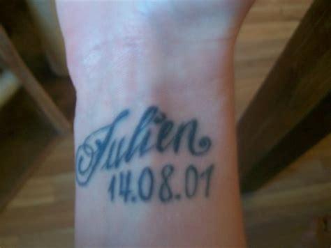 tattoo am finger verschwommen angy der name und das geb datum von meinem sohn tattoos