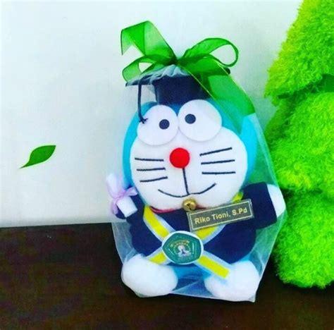 Boneka Wisuda Doraemon doraemon boneka wisuda unmul kado wisudaku