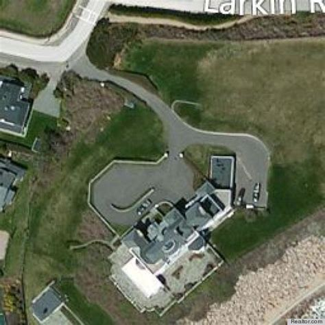 taylor swift s house taylor swift looks at rhode island mansion has us wondering who she s crushing on now