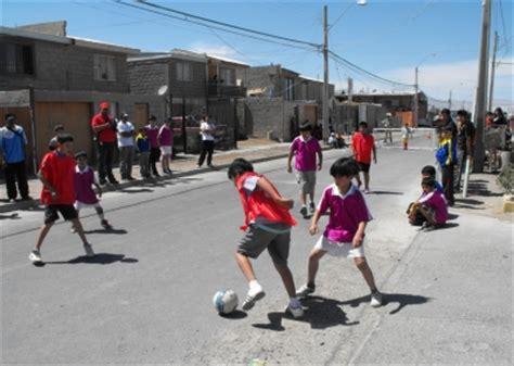 imagenes de niños jugando futbol en la calle ni 241 os de calama se tomaron las calles para jugar f 250 tbol